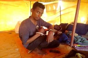Une photo montre un comédien mauritanien menotté dans un centre de détention dans le nord du pays