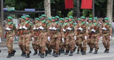 L'armée nationale distribue du matériel scolaire et des tenues